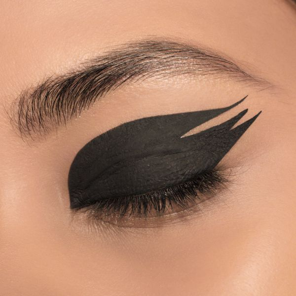 Feathered eyeliner trend