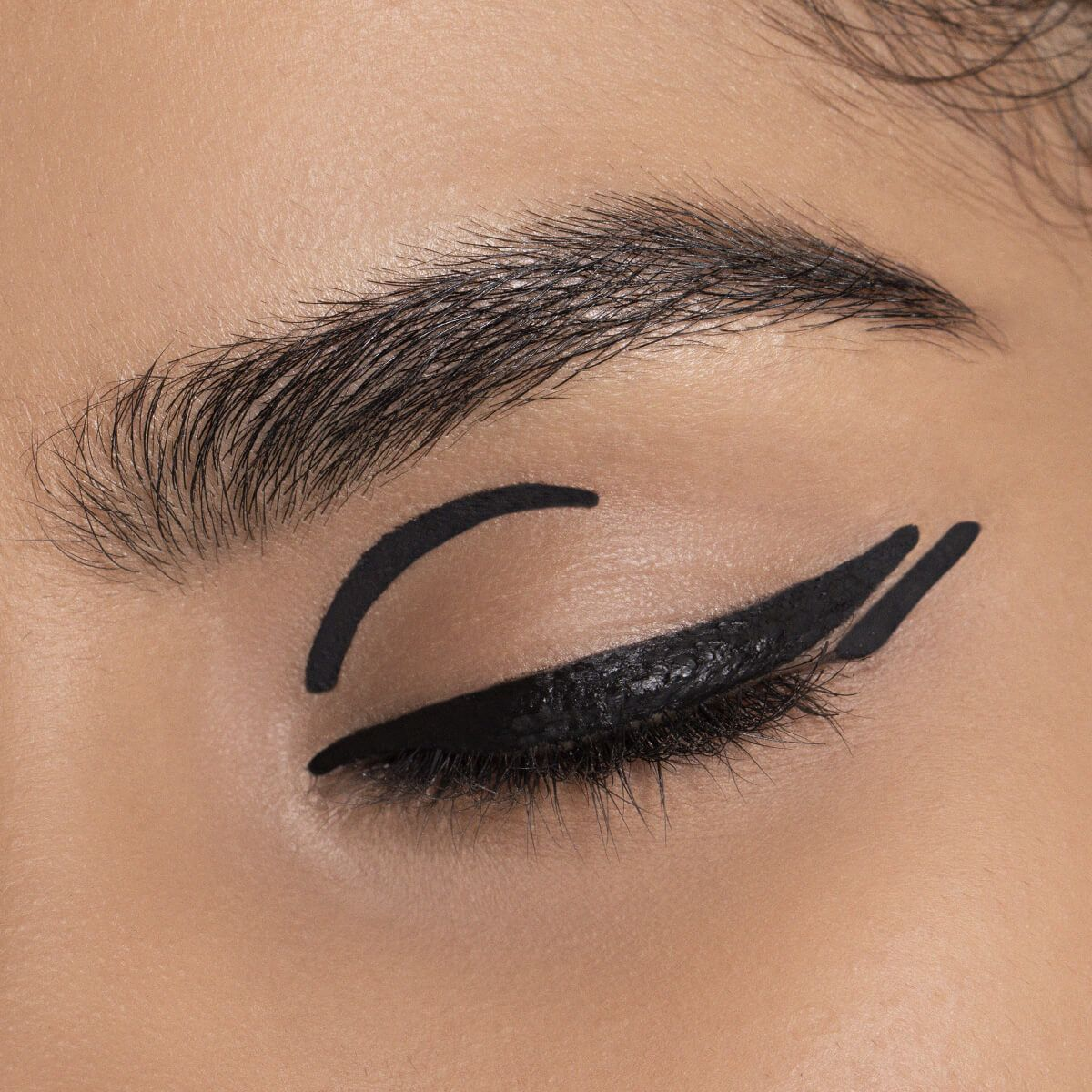GRAPHIC: DOUBLE DOWN MAKEUP TREND